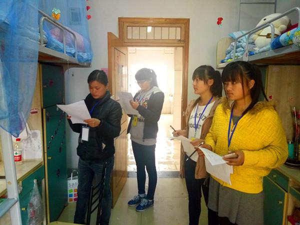 学院开展学生宿舍安全卫生巡查活动